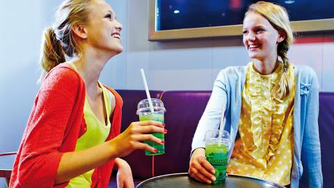 Teens Plaza 2 jenter med smoothie